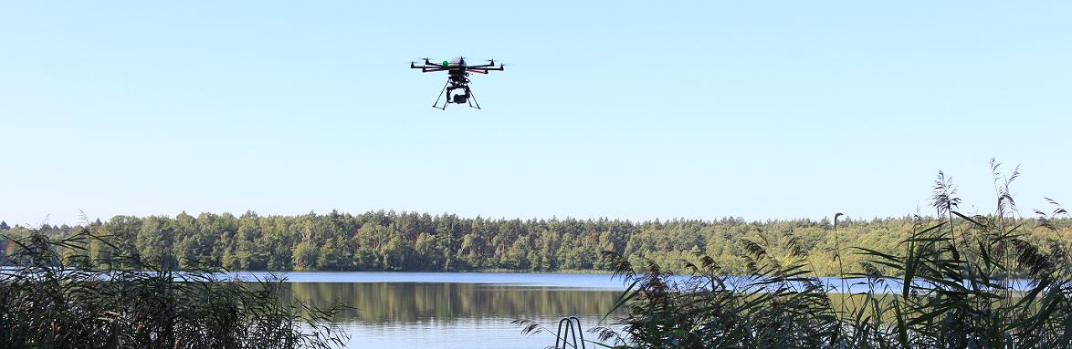 Die Flugkamera befindet fliegt über dem Wasser.