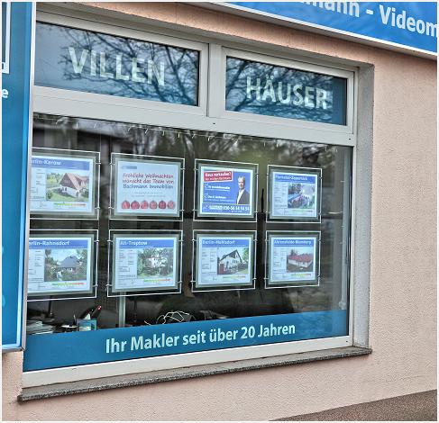 Das Schaufenster in Mahlsdorf ist voller Exposés.